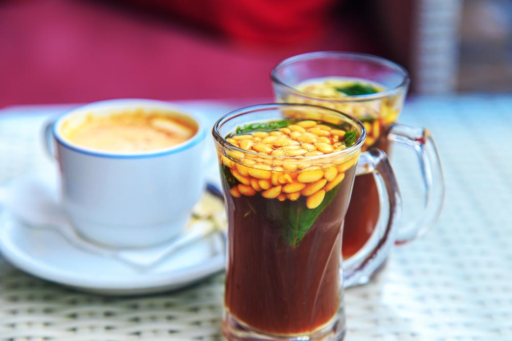 Tunisie - Cuisine tunisienne - Thé tunisien traditionnel aux pignons et à la menthe.  Mise au point sélective.