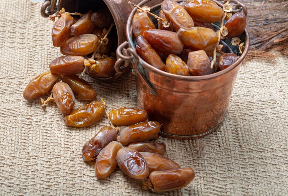 Tunisie - Cuisine tunisienne - Authentiques dattes séchées tunisiennes Deglet Nour au goût de miel doux dans des seaux en cuivre