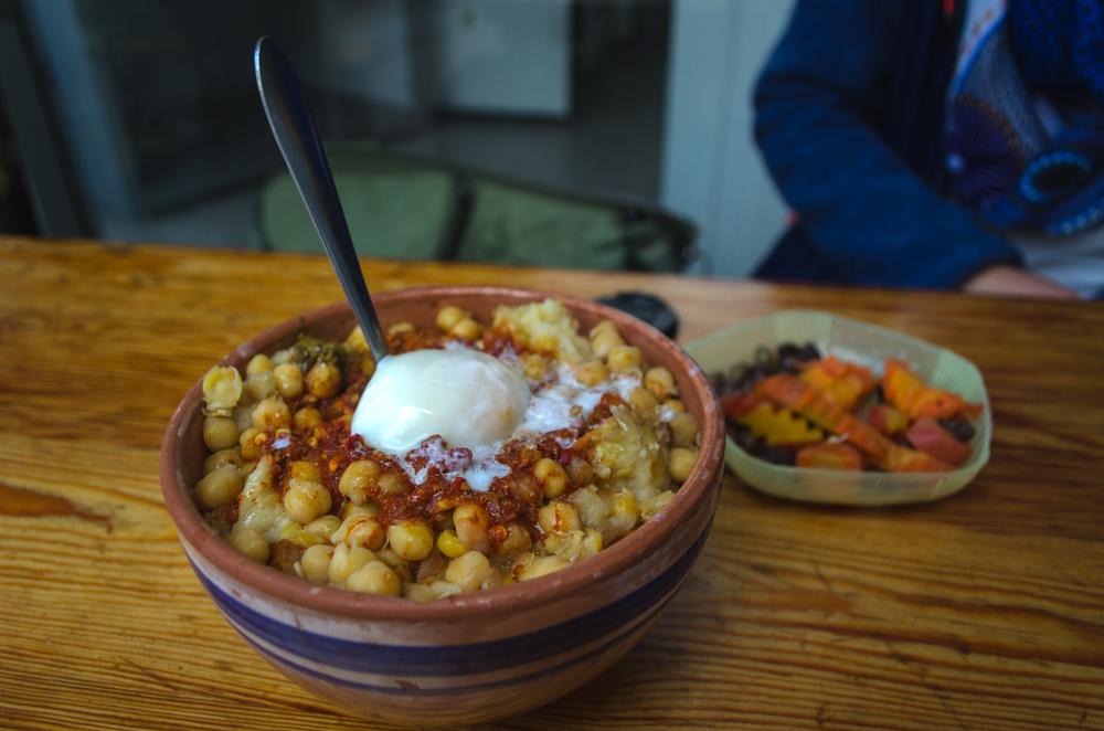 Tunisa - Cuisine tunisienne - Lablabi ou Lablebi un plat tunisien traditionnel à base de pois chiches.  Cuisine de rue arabe typique en Tunisie